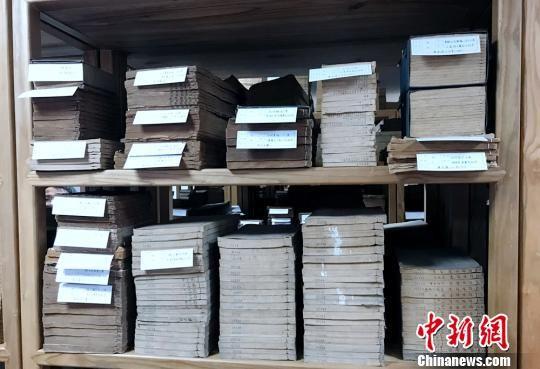 岳麓书社收藏了很多古籍。 邓霞 摄