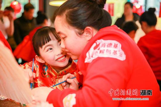 """""""小候鸟""""妈妈回家惠及湖南56城圆留守儿童团圆梦"""