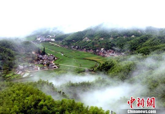 昔日的穷山沟塔山乡已蜕变成美丽幸福的新瑶寨。 阳庆生 摄
