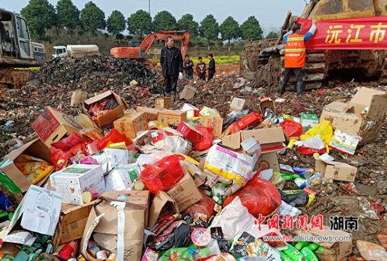 堆成小山的待销毁产品进行无害化处理。