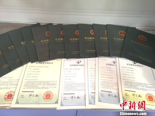 长郡芙蓉中学学生发明获得的国家专利证书。 刘曼 摄