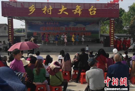 烈日下,村民们观看黄士元写的戏《赛诗路上》。 刘曼 摄