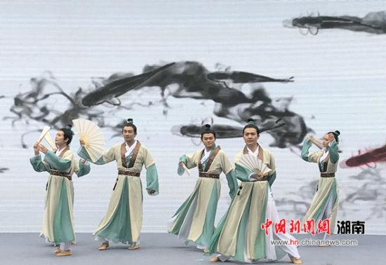 开幕式上的文艺表演《折扇书生》。