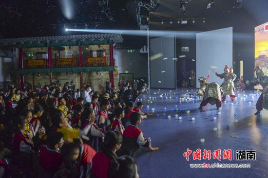 观众与演员现场互动。
