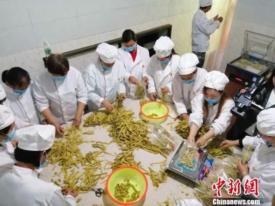 乡亲们在绍学竹笋加工厂里工作。 毛文建 摄
