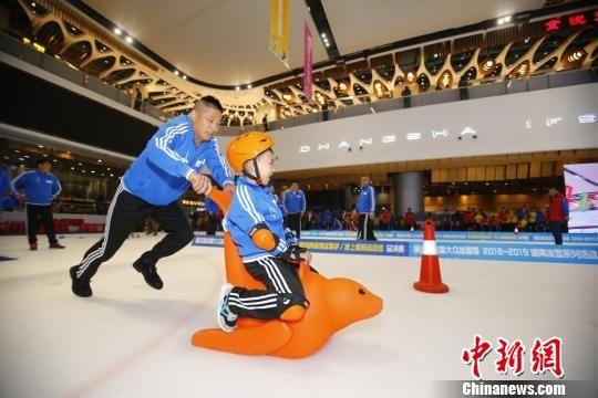 市民体验冰雪运动的乐趣。 叶旋 摄