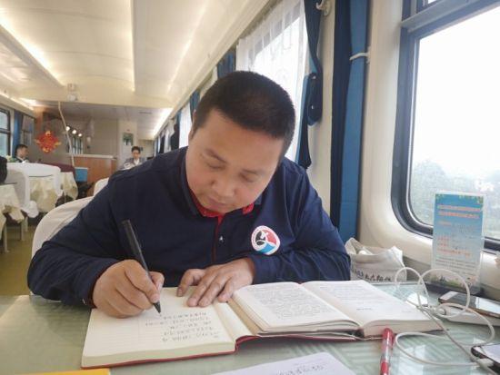 刘明在火车上写作。