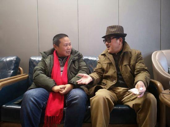刘明采访《幸福在哪里》词作者戴富荣。