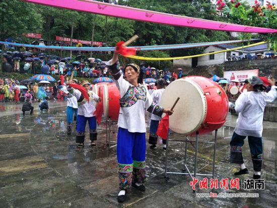 """凤凰苗族""""四月八""""跳花节上的苗鼓表演。"""