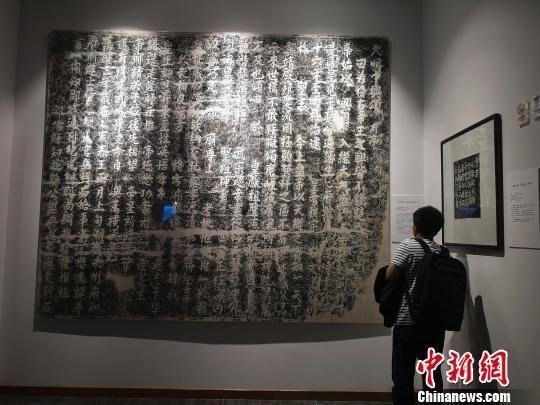 博物馆丰富的摩崖石刻拓片吸引人驻足欣赏。 唐小晴 摄