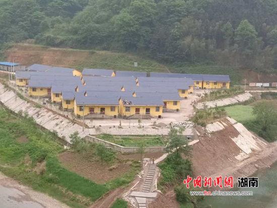 沅陵县易地扶贫搬迁的集中安置房,开门有山有水。