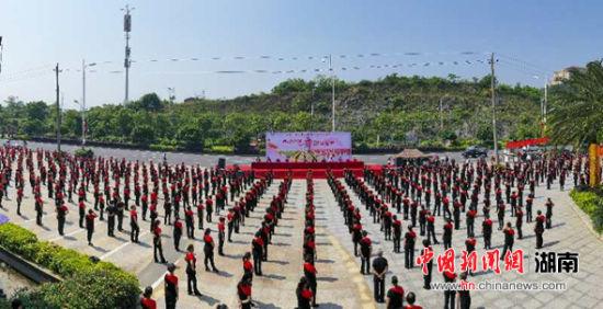 邵阳举行大型排舞万人同跳活动。