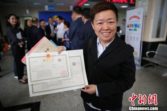 王艳波仅用了一天时间就办理好了营业执照。雨花区宣传部供图