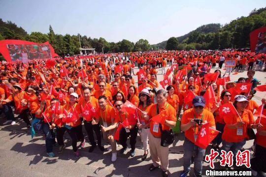 """香港参访团一行在韶山参加""""快闪""""活动。 符谦 摄"""