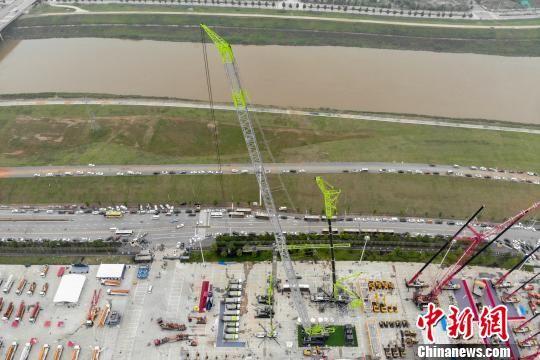 """中联重科178米高的新一代风电吊装""""神器""""。 杨华峰 摄"""