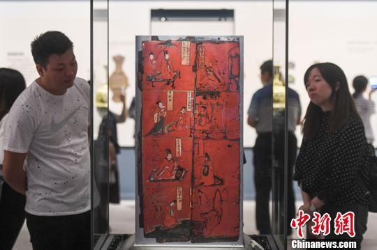 北魏的彩绘人物故事漆屏吸引观众目光。 杨华峰 摄