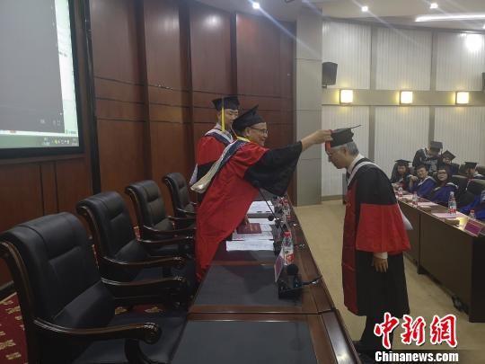 湖南中医药大学校领导为杨中杰拨穗。 唐小晴 摄
