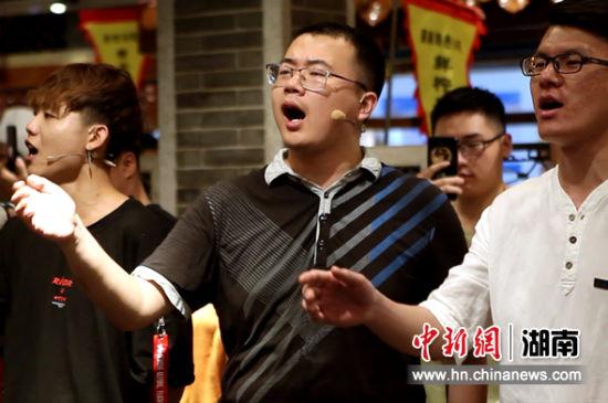 中南大学青年正在吟唱。