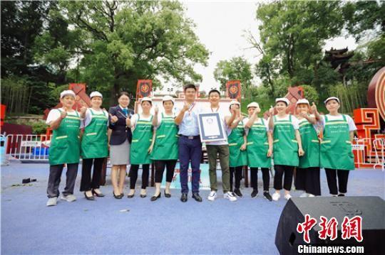 12位挑战者在一小时内制作完成1627个粽子,创造了新的吉尼斯世界纪录。 主办方供图