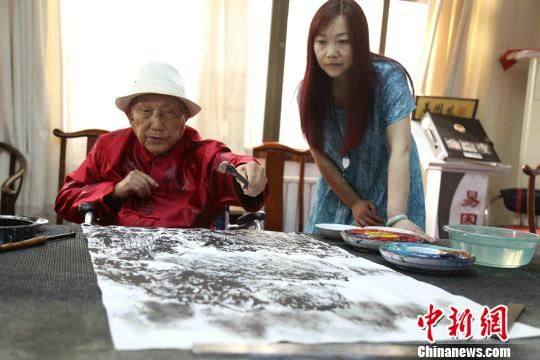 易图境向孙女易珍珍教授绘画技巧。 怀化学院