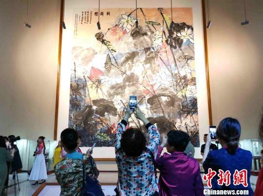 易图境将画作无偿捐赠给学校,图为其创作的巨幅作品《戟荷图》。 付敬懿 摄