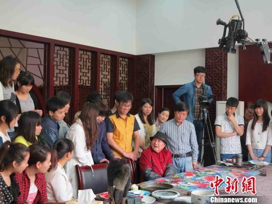 退休后,易图境为美术学院学生上美术创作示范课。 卢宗旺 摄