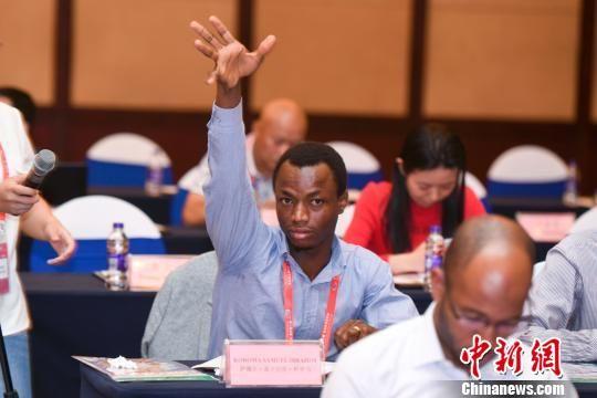见面会上,非洲媒体记者举手提问。 刘着之 摄