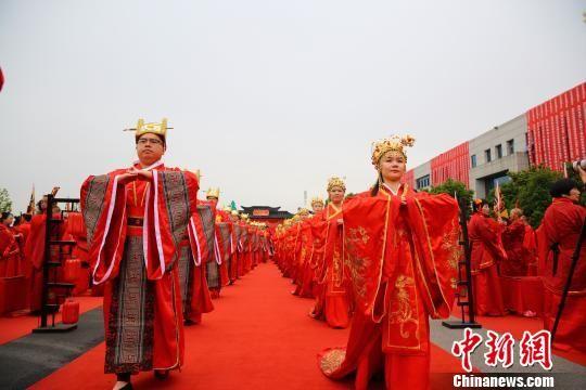 长沙县长龙街道首届暨山河智能二十周年庆集体婚礼隆重举行。 曾诗怡 摄