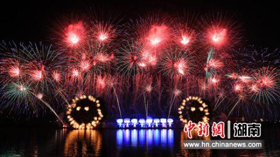 6月26日晚,数字影像艺术焰火将星城长沙点亮。 田应会摄