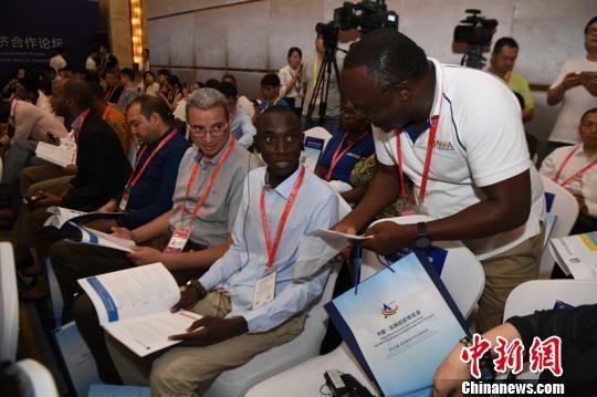 非洲媒体记者在2019中非民营经济合作论坛现场采访。 杨华峰 摄