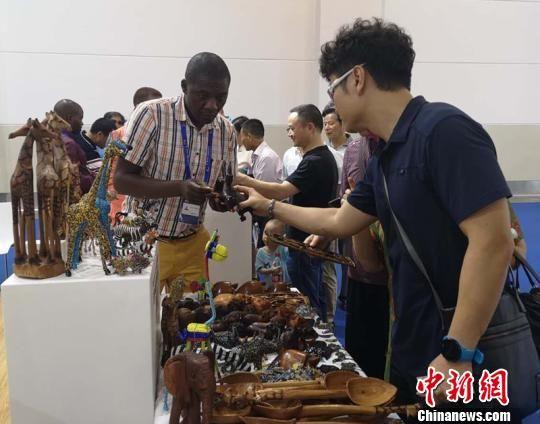 参观者了解非洲商品。 刘曼 摄