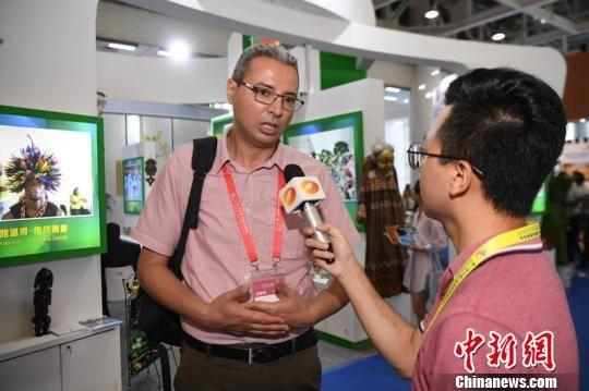 阿尔及利亚公共广播电台主编阿尼斯・本赫杜嘉接受采访。 杨华峰 摄