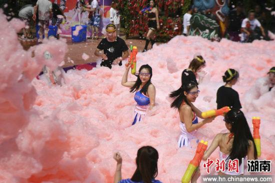 众人在白色泡沫中狂欢。