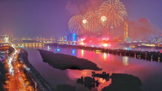 """6 月26 日,为迎接第一届中国―非洲经贸博览会,主题为""""结伴而行・筑梦未来""""的焰火表演在湖南长 沙橘子洲头举行。 覃翔/ 摄"""