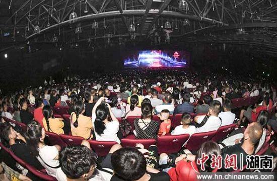 7月7日晚,张家界千古情大剧院内座完好席。