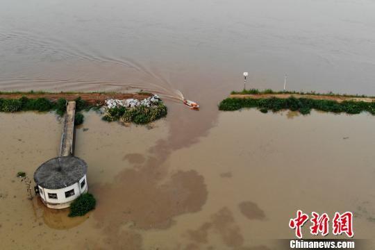 衡山县湘江畔堤长江镇曹家湖段发作漫堤后决口,决口约15米。 杨华峰 摄