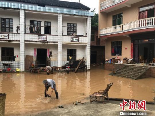 村民肃清大水渣滓。 阳程杰 摄