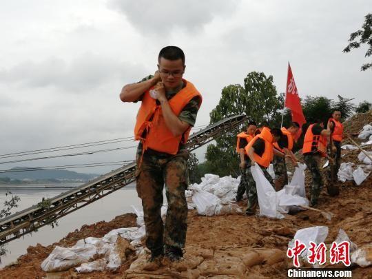 """衡东抗洪现场""""请战""""入伍大先生封无为到场救济。 黄开彬 摄"""