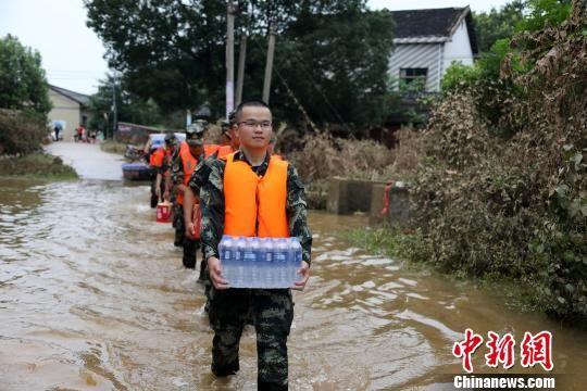 """衡东抗洪现场""""请战""""入伍大先生封无为到场救济。 张东明 摄"""