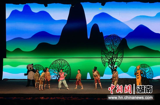 中国首个海外驻场的儿童舞台剧《木兰从军记》演出现场。