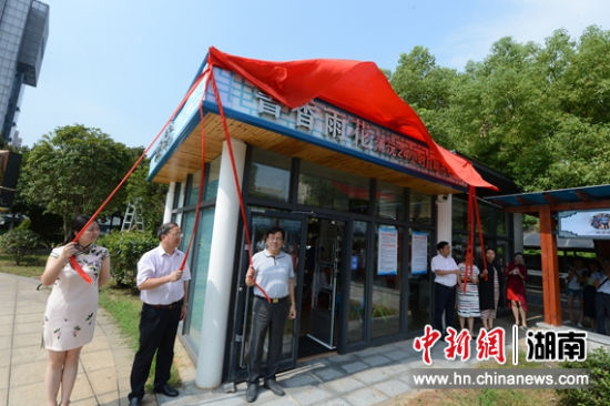 东塘商圈首个24小时书屋。