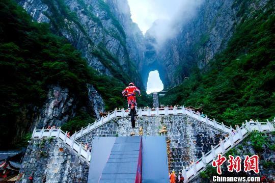"""耿杰成功挑战攀爬999级石阶""""天梯""""。 刘波 摄"""