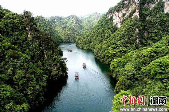 游人乘游船在武陵源宝峰湖旅游。