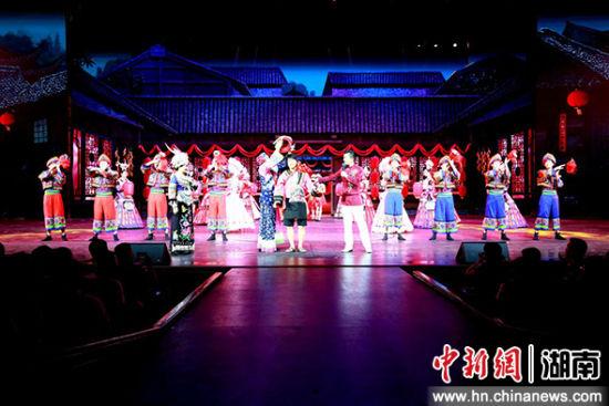 民风演艺《张家界魅力湘西》每天上演四场。