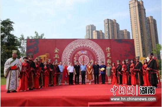 八对新人长沙举办汉式集体婚礼。