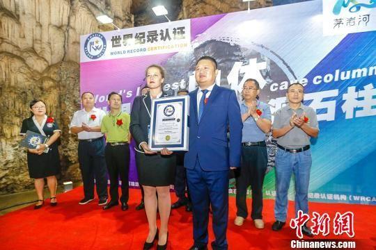 """九天玄女洞内的一根石柱被世界纪录认证机构(WRCA)认证为""""世界最大的单体溶洞石柱""""。 杨明 摄"""