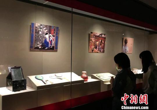 参观者欣赏清代宫廷生活用品。 邓霞 摄