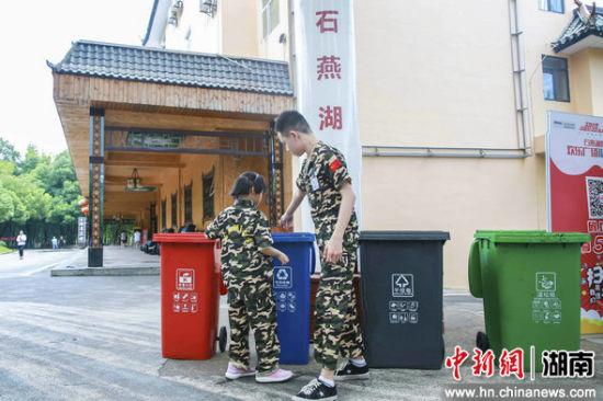 孩子们参与垃圾分类挑战赛。
