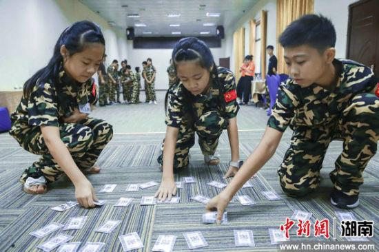 孩子们参与趣味垃圾分类游戏。