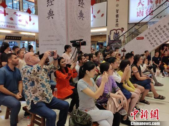 外国人拍照留念。 王昊昊 摄